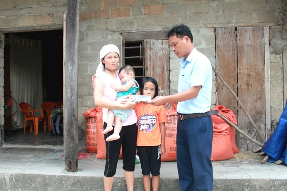 Đại diện thị trấn Đồng Lộc trao 18 triệu đồng của bạn đọc Báo SGGP cho chị Trần Thị Liễu