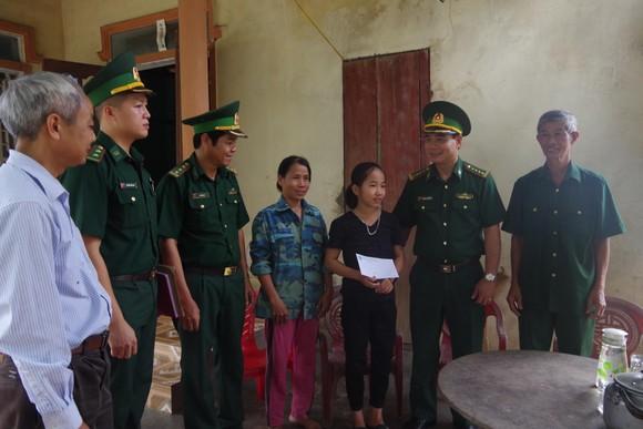 Bộ đội Biên phòng Hà Tĩnh đồng hành 'Nâng bước em đến trường' ảnh 1