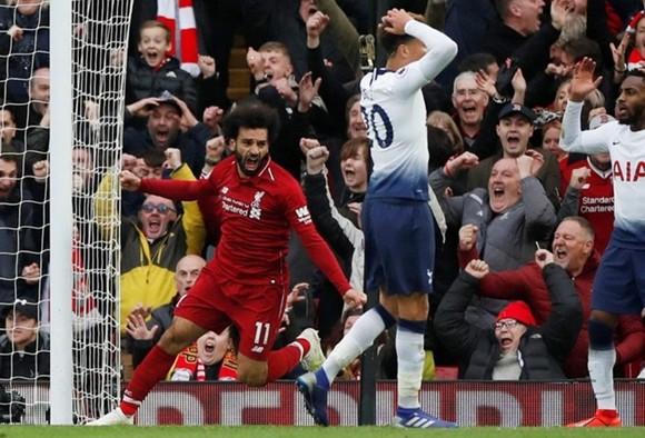 Mohamed Salah mừng bàn thắng trước Tottenham ở mùa này, nhưng HLV Jurgen Klopp cảnh bảo sắp tới là khó khăn mới. Ảnh: Getty Images