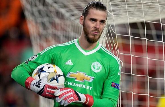 """""""Bóng"""" đang nằm trong tay David De Gea và Man.United không thể làm khác hơn là chi tiền. Ảnh: Getty Images"""