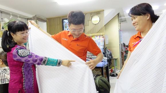 Bà Ngô Thị Vân (bìa trái) hướng dẫn nhân viên khi mới vào làm tại công ty