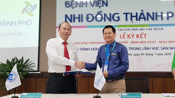 TS.BS Trương Quang Định, Giám đốc Bệnh viện Nhi đồng Thành phố và ThS. BS Lê Quang Thanh, Giám đốc Bệnh viện Từ Dũ tại lễ ký kết hợp tác
