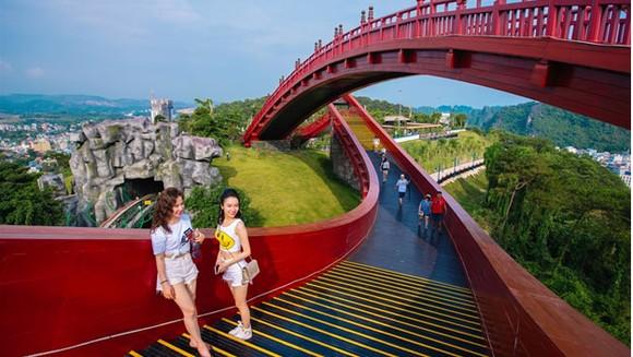 Bạn trẻ check-in Cầu Koi Hạ Long
