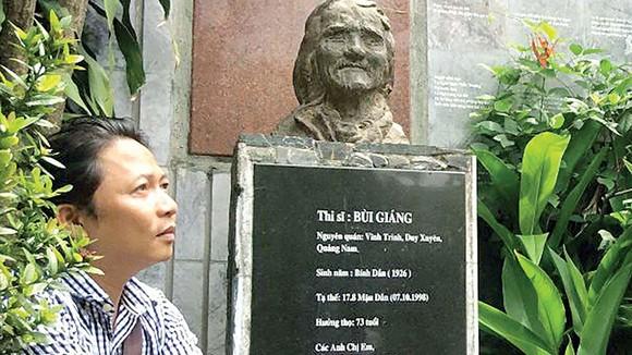 Nhạc sĩ Trần Quế Sơn bên mộ thi sĩ Bùi Giáng