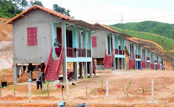 Những ngôi nhà ngói mới cao tầng, xây dựng bằng cột bê tông cốt thép giúp bà con người Chứt phần nào vượt qua khó khăn, không còn lo cảnh ở nhà dột, mưa bão, lũ lụt