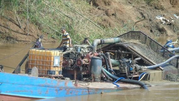 Một tàu ngang nhiên hút cát trên sông thuộc địa phận xã Phước Sơn, huyện Bù Đăng, tỉnh Bình Phước