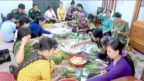 Gói bánh tét đón tết tại xã Phú Thọ (huyện Tam Nông, Đồng Tháp)