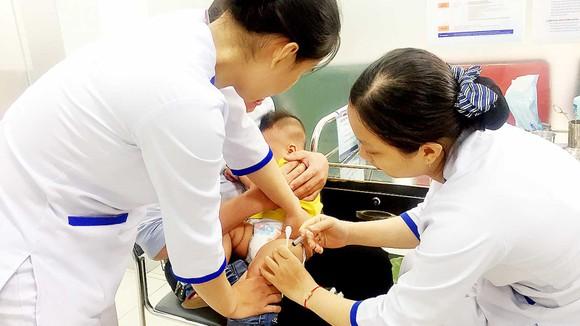 Phụ huynh đưa trẻ đi chích ngừa sởi tại một cơ sở tiêm chủng dịch vụ trên địa bàn TPHCM.   Ảnh: HOÀNG HÙNG