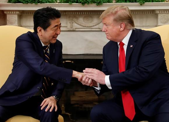 Tổng thống Donald Trump và Thủ tướng Shinzo Abe gặp nhau tại Nhà Trắng hôm 26-4. Ảnh: REUTERS