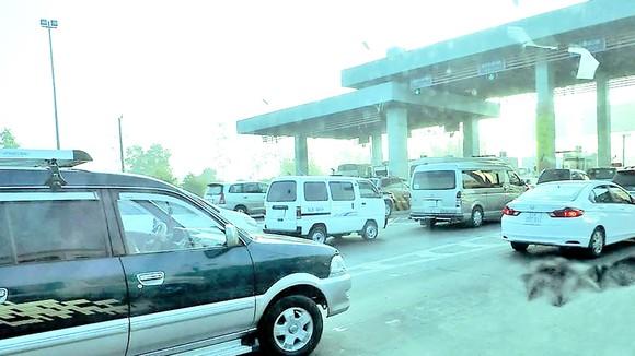 Hàng ngày có rất nhiều ô tô qua trạm thu phí BOT trên quốc lộ 1A.  Ảnh: VÂN KHANH