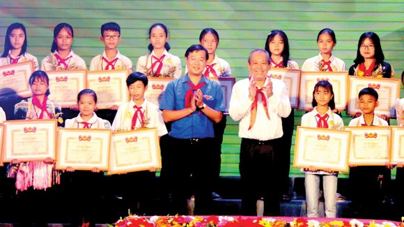 Phó Thủ tướng Thường trực Trương Hòa Bình trao bằng khen cho các thiếu nhi vượt khó học giỏi