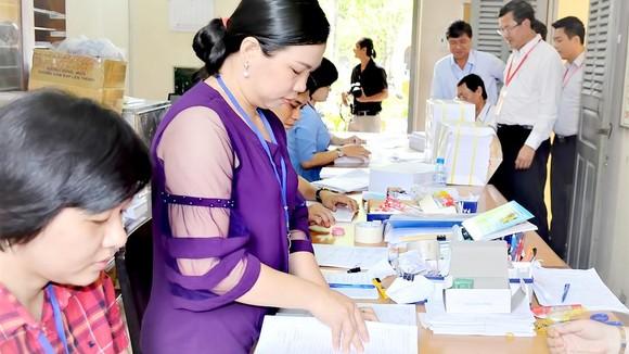 Đoàn công tác Bộ GD-ĐT kiểm tra tại Phòng thư ký chấm thi của cụm thi TPHCM