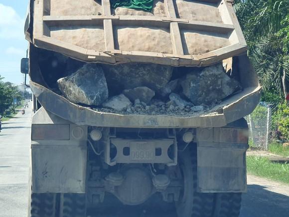 Những chiếc xe ben chở đá không được che chắn cẩn thận vẫn ngày đêm lưu thông qua địa bàn thị xã La Gi, tỉnh Bình Thuận