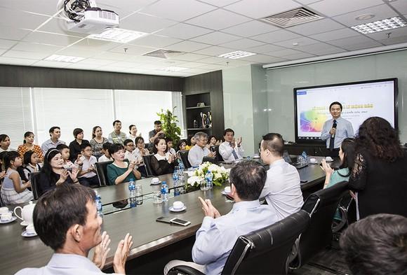Trao tặng 83 suất học bổng Lê Mộng Đào cho con em nhân viên Tập đoàn Xây dựng Hòa Bình   ảnh 1