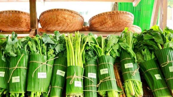 Nhiều siêu thị trong nước đã hưởng ứng trào lưu từ siêu thị Thái Lan, tận dụng lá chuối gói hàng. Ảnh VTC