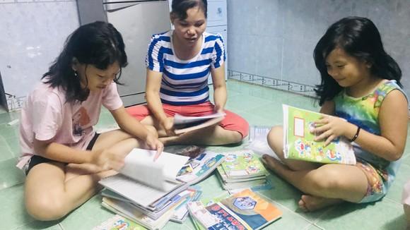 Chị Thảo và các con sửa soạn sách vở cho năm học mới