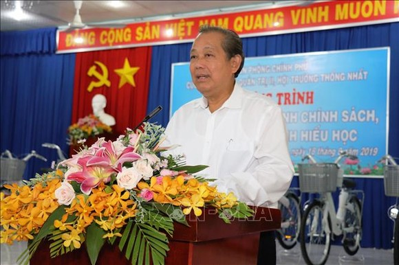 Phó Thủ tướng Thường trực Trương Hòa Bình phát biểu tại buổi trao quà cho học sinh nghèo và gia đình chính sách tại xã biên giới Tân Lập, huyện Tân Biên. Ảnh: TTXVN