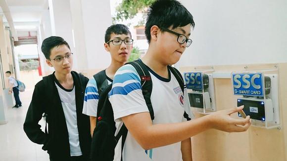 Học sinh Trường THCS Trần Văn Ơn (quận 1) sử dụng thẻ HĐTM  điểm danh đầu giờ học
