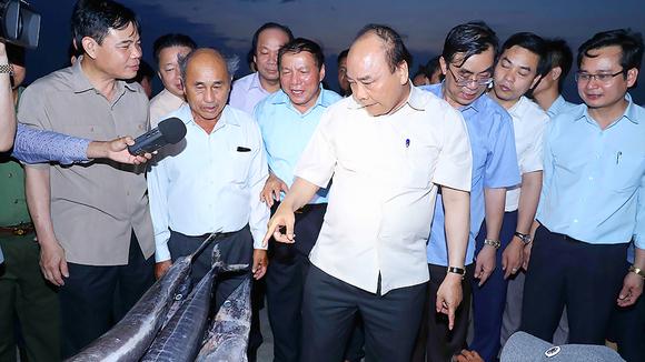 Thủ tướng Nguyễn Xuân Phúc thăm Cảng cá Cửa Việt