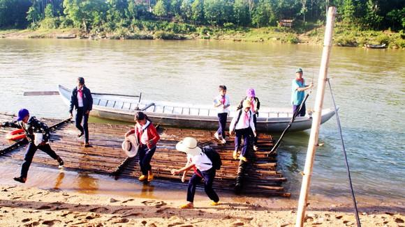 """Ông Đinh K'Rắt đưa học sinh ở bản Nước Rinh qua sông Rinh """"tìm con chữ"""" suốt 15 năm qua"""