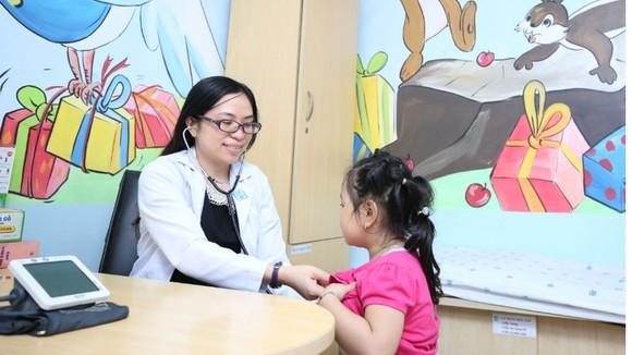Bác sĩ Huỳnh Thị Vũ Quỳnh đang thăm khám cho trẻ