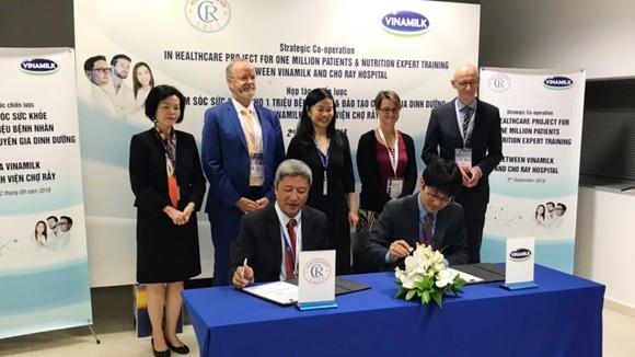 Đại diện lãnh đạo Bệnh viện Chợ Rẫy và Vinamilk ký kết hợp tác chiến lược giai đoạn 2019-2021