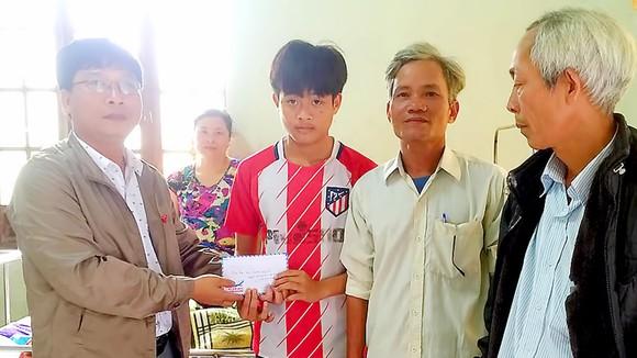 Trao tiền giúp cháu Quang Tuệ và bé Bảo Thiên