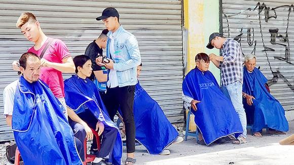 Hớt tóc từ thiện trên đường Nguyễn Khắc Nhu, phường Cô Giang, quận 1, TPHCM. Ảnh: NHƯ KHUÊ