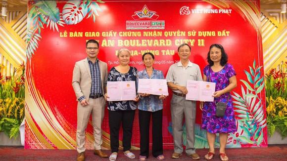 Lãnh đạo Việt Hưng Phát trao sổ cho khách hàng tại Boulevard City 2