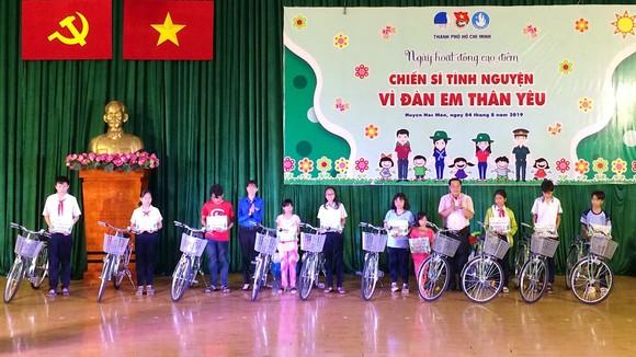 Trao tặng xe đạp và hàng ngàn quyển tập cho học sinh huyện Hóc Môn ảnh 2