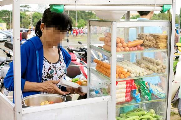 Thức ăn nhanh bày bán trước cổng trường