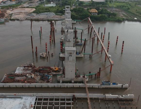 Công trình xây dựng cống ngăn triều chống ngập Mương Chuối   Ảnh: CAO THĂNG