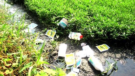 Bao bì các loại thuốc BVTV vứt tràn lan tại nhiều đồng ruộng, gây nguy hại cho con người