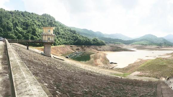 Hồ Hòa Mỹ (Thừa Thiên - Huế) với dung tích chứa 9,6 triệu m³ khô cạn      Ảnh: VĂN THẮNG