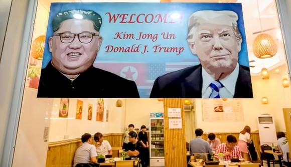 Một nhà hàng của Hàn Quốc ở Hà Nội giương ảnh chào mừng Hội nghị thượng đỉnh Mỹ - Triều Tiên    Ảnh: GETTY IMAGES
