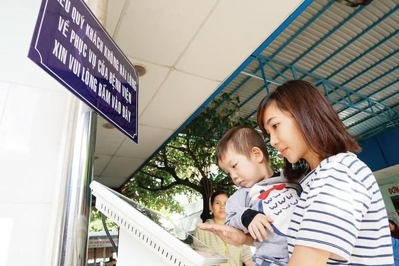 Người dân đánh giá mức độ không hài lòng tại ki-ốt khảo sát  đặt tại Bệnh viện Nhi đồng 1, TPHCM       Ảnh:  THÀNH SƠN