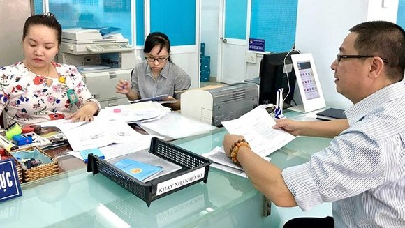 UBND phường 4 quận Tân Bình giải quyết thủ tục cho người dân ngoài giờ hành chính