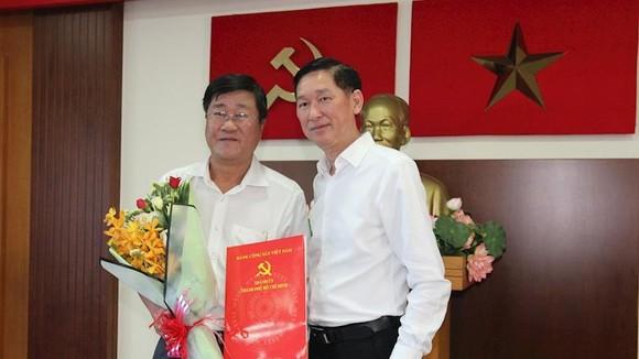 Phó Chủ tịch UBND TPHCM Trần Vĩnh Tuyến trao quyết định cho đồng chí Bùi Văn Phúc. Ảnh: THANHUYTPHCM.VN