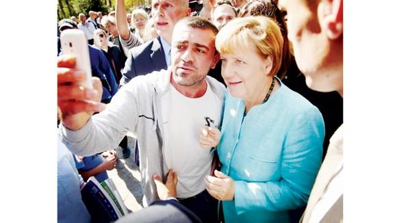 Thủ tướng Đức Angela Merkel thăm một trại của người tị nạn tại Berlin