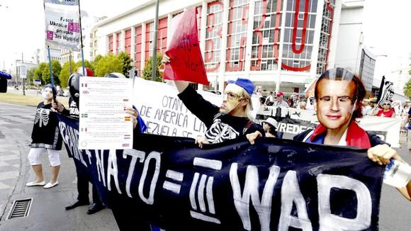 Biểu tình phản đối Hội nghị thượng đỉnh NATO tại Brussels