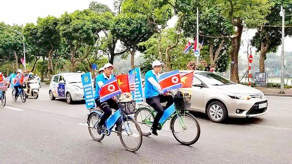 Các bạn trẻ đạp xe chung quanh khu vực hồ Hoàn Kiếm để vận động tuyên truyền người dân thực hiện nếp sống đẹp, ứng xử văn minh, thanh lịch. Ảnh: QUỐC KHÁNH