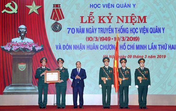 Thủ tướng Nguyễn Xuân Phúc trao tặng Huân chương Hồ Chí Minh cho Học viện Quân Y. Ảnh: TTXVN