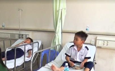 Các học sinh nghi bị ngộ độc được điều trị tại Bệnh viện Bà Rịa. Ảnh: VTV News