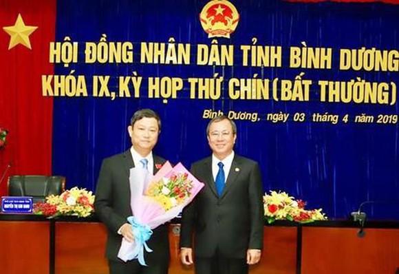 Bí thư Tỉnh ủy Bình Dương Trần Văn Nam chúc mừng tân Chủ tịch HĐND tỉnh Bình Dương Võ Văn Minh