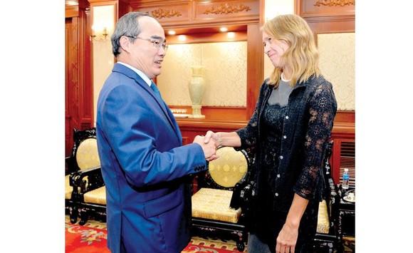 Bí thư Thành ủy TPHCM Nguyễn Thiện Nhân tiếp Tổng lãnh sự Hoa Kỳ Mary Tarnowka. Ảnh: Việt Dũng