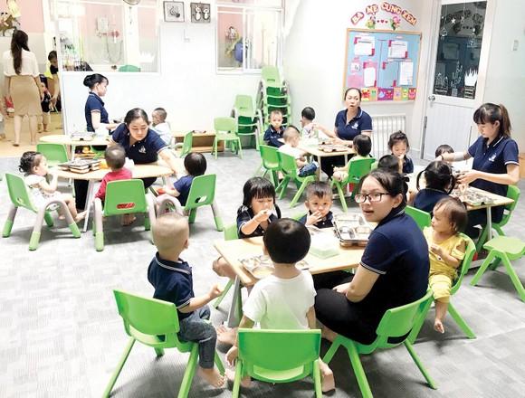 Bữa cơm trưa của học sinh tại một trường mầm non. Ảnh: HOÀNG HÙNG  