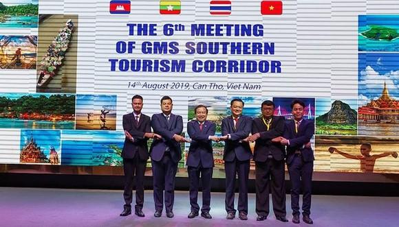 Đại biểu 4 nước dự Hội nghị Hành lang du lịch phía Nam lần thứ 6 chụp ảnh kỷ niệm tại Cần Thơ vào sáng ngày 14-8-2019. Ảnh: Tourismcantho