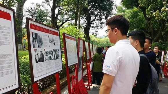 Công chúng tham quan triển lãm. Ảnh: Dangcongsan.vn