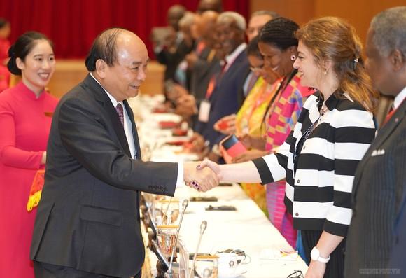 Thủ tướng chào mừng các Đại sứ tham dự buổi tiếp. Ảnh: VGP