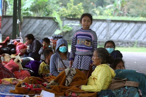 Villagers rest at an evacuee camp in Rendang, Bali, Indonesia, on September 25, 2017. (AP Photo/Firdia Lisnawati)